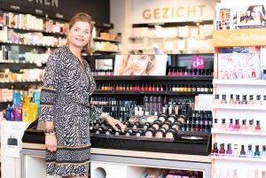 winkel met make-up en nagellak